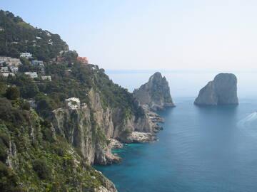 Blick auf die berühmten Felsen vor Capri