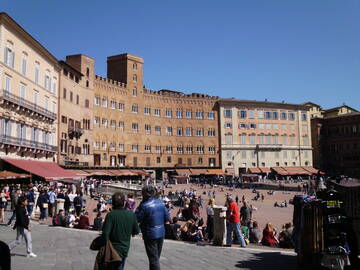 der halbkreisförmige Hauptplatz Sienas, der Piazza del Campo