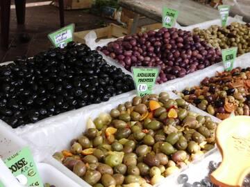 auf den Wochenmarktständen findet man eine große Auswahl an Obst und Gemüse