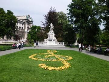 im Burggarten steht diese Statue von Mozart, der hier einen Teil seines Lebens und Wirkens verbrachte