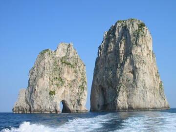 während einer Schifffahrt fuhren wir durch die Fragioli Felsen (Liebesfelsen)